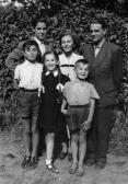 Jobbról: édesapja: AKNAY János; édesanyja: BIRÓ Anna; a testvérek: András, Tibor, Zsuzsa, János, Debrecen, 1956,