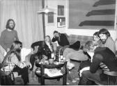Összejövetel AKNAY Jánosnál [balról: BEREZNAI Beáta, A. J., BEREZNAI Péter, RÉCSEY Ágnes, LOIS Viktor, MATYÓFALVI (MATYÓ) Gábor, VARGA Erzsébet (Tasi), MATYÓFALVI Áron], Szentendre, 1983,