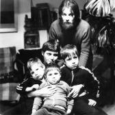 Együtt a család: AKNAY János és felesége, RÉCSEY Ágnes; a gyerekek: Csaba, Sári, Zoli, Szentendre, 1983 (fotó: Aknay Tibor) ,