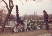 AKNAY Sárika sírjánál, Szentendre, 1986. március 25.,
