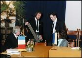 TŐKÉS László látogatása Szentendrén (AKNAY János a Transsylvania c. kiállítás szitaplakátját adja át T. Lászlónak), Városháza, 1990. november 10. ,