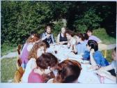 Ebéd a Szőnyi István Képzőművészeti Szabadiskolán (az asztalfőn: AKNAY János; mellette: KÖPÖCZI Rózsa), Zebegény, 1993,