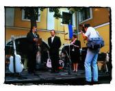 A Pro Urbe Emlékérem átvételekor, Szentendre Városházának udvara, 1996 (a díjat átadja: KÁLLAY Péter polgármester),