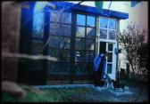 Az otthoni műterme előtt, Szentendre, 1997,