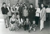 Mythen V. művésztelep (álló sor balról: Frank ROTHÄMEL, Von Ueli O. KRÄUCHI, VINCZE Ottó, AKNAY János, Wolfgang NICKEL, ?, Stefani NICKEL, Marianne LEUPI, ?, Angela KLÄRNER; guggolva: KÓKAI Éva, Ef ZÁMBÓ István, Sara NICKEL, Jacky NICKEL), Mercedes-Werke, Zella-Mehlis, 1998,