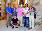 Vörös András kiállításán (balról: AKNAY János, ?, DEIM Pál, VÖRÖS András, SZEMADÁM György, VINCZE Ottó), VLS Pm, Szentendre, 2006,